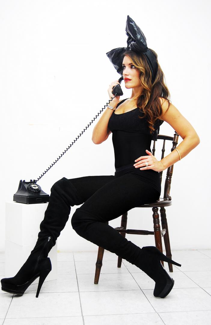 Maria Fernanda contestando el teléfono